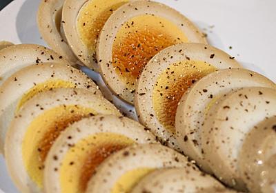 固ゆで煮卵をスライスして粗挽き黒胡椒をかけたらとてつもなくおつまみだった - MIKINOTE