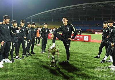 韓国U-18代表が「中国全国民」に謝罪、トロフィー踏みつけ炎上 写真1枚 国際ニュース:AFPBB News