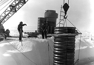 北極圏の氷の下にある「軍事基地の廃墟」から、汚染物質が流れ出す──気候変動がもたらす環境破壊の行方 WIRED.jp