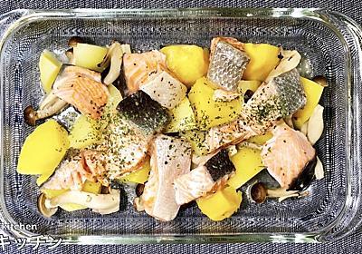 【レンジで簡単絶品レシピ】鮭とじゃがいもの塩バター蒸しの作り方! - てぬキッチン