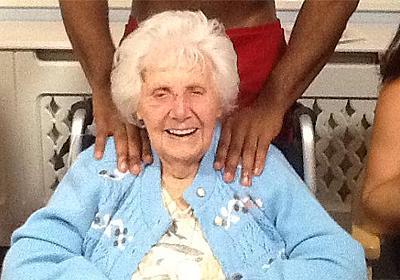 やっぱり女性はこれが一番若返る。老人ホームのおばあさんたちを一瞬にして若返らせるサービスとは?(イギリス) : カラパイア