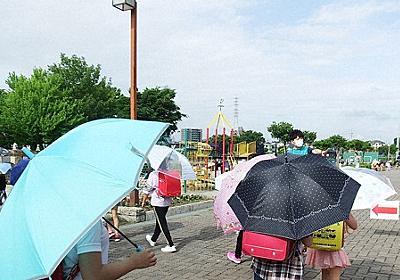 登下校中のマスク、文科省「暑い日はむしろ危険」 児童間距離確保に「傘」利用も - 毎日新聞