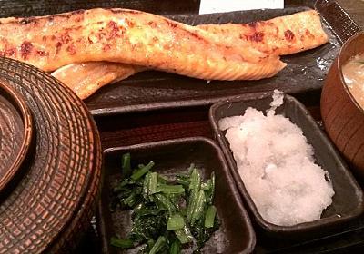 【新宿ごはん】魚定食の『しんぱち食堂』がコスパ高すぎて愛しい │ 突撃びじであ! – 実体験レポート&レビュー