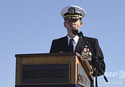 解任された米空母艦長、乗組員の声援受け下船 写真2枚 国際ニュース:AFPBB News