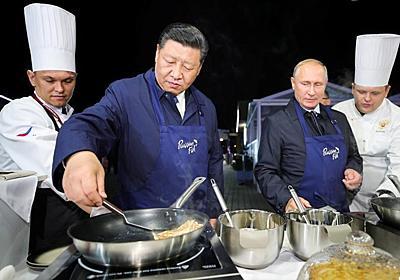 プーチン大統領と習近平主席、エプロン姿でパンケーキ調理 | ロイター