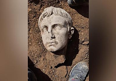 CNN.co.jp : 初代ローマ皇帝をかたどった大理石の頭部像、イタリアで発見 時期は2000年前