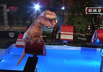 米国版「SASUKE」でティラノサウルスの着ぐるみが大活躍 - GIGAZINE
