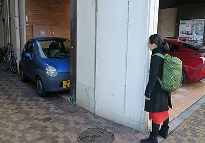 建物と柱ギリギリに挟まれている車があった :: デイリーポータルZ