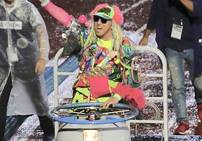 川崎フロンターレのハーフタイムショーがいつになくカオス ターレに乗ったTRFのDJ KOOさんが踊りながら場内周る : ドメサカブログ