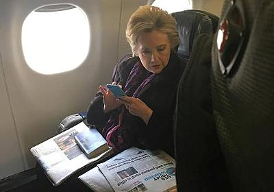 Snap of Clinton reading Pence email headline goes viral | Reuters