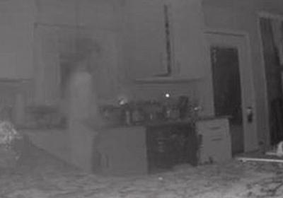 亡くなった息子の幽霊?悲しみに暮れる母親の家でカメラが透明な人影を撮影   Switch news