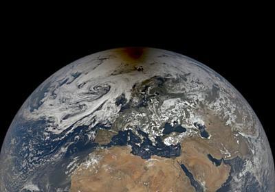 NASAが日食中の地球に浮かんだ月影の写真を公開   ギズモード・ジャパン