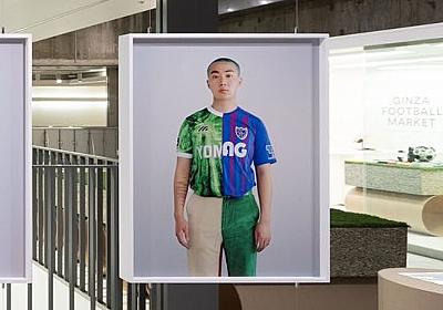 銀座で開催中のサッカーイベントの展示アートが物議 東京ヴェルディとFC東京のユニフォームを切り合わせて作品に : ドメサカブログ