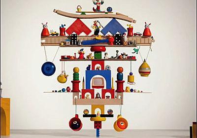 たった1個のレゴブロックの上に117個のオモチャを乗せたバランスオブジェクト - GIGAZINE