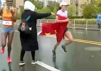 首位争い、無理に中国国旗渡され失速…マラソン巡り論争:朝日新聞デジタル