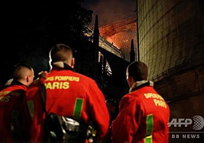 ノートルダム大聖堂火災、消防隊員ら貴重な文化財守る 写真8枚 国際ニュース:AFPBB News
