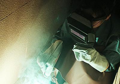 溶接マスクをして手持ち花火をしたら、溶接しているように見える :: デイリーポータルZ