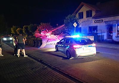 嘘のような本当の話 ポーランドで酔っぱらいが市街地を戦車「T-55」で暴走、49歳の男を飲酒運転の容疑で逮捕 - ねとらぼ