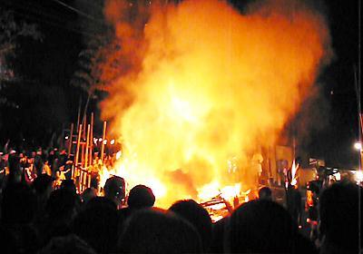100kgのたいまつを200本焼べて、巨大キャンプファイアーをする鞍馬の火祭 - デイリーポータルZ