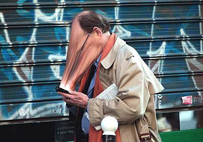 こんな人周りにいませんか?スマホに支配された現代の日常をグロテスクに描き出す写真作品「SUR-FAKE」   BUZZAP!(バザップ!)