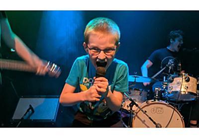 8歳の少年がフロントマンを務めるパンク・バンドが話題に、少年の視点で学校や食べ物等について歌う - amass