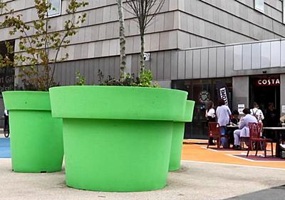 「スーパーマリオブラザーズの土管」のような植木鉢が町の中心に設置されてしまい住人から不満続出 - GIGAZINE