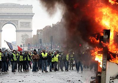 美しいパリが炎に包まれる...。 デモ隊が暴徒化、警察と衝突(写真) | ハフポスト