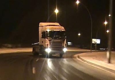 このトラック尋常じゃないぞ…夜の凍った路面をドリフトしまくり(動画):らばQ
