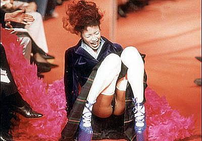 女性ファッションモデルがショーで転倒してしまった恥ずかしい瞬間をとらえた写真いろいろ - GIGAZINE