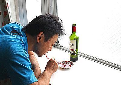 酒を皿に注いでストローですするとダメになる :: デイリーポータルZ
