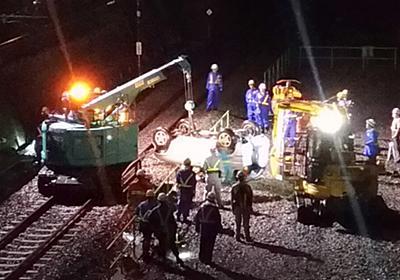 フェンスを突き破り約10メートル下の武蔵野線に転落した乗用車が重機によって撤去完了するまで - Togetter