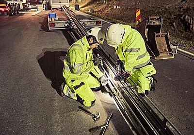 走行中に給電できる「電気道路」をスウェーデンが公道で開発中、道路&既存自動車への導入コストも安価 - GIGAZINE