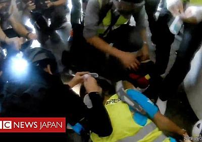 香港デモ、外国人記者が警察のゴム弾で片目失明 - BBCニュース