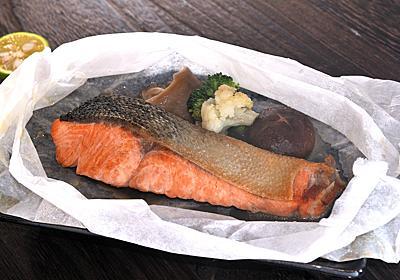 漂う湯気と香りが最高……!魚屋さん激推し「秋鮭の紙包み焼き」の作り方【魚屋三代目】 - メシ通 | ホットペッパーグルメ