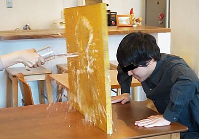 【工作】喫茶店で水をかけられるアレを防ぐために、一瞬で壁を錬成できる机を作った   オモコロ