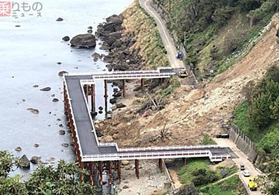 海にせり出す直角コの字形の仮橋 西日本豪雨で被災の国道、復旧急いだ理由は「カニ」   乗りものニュース