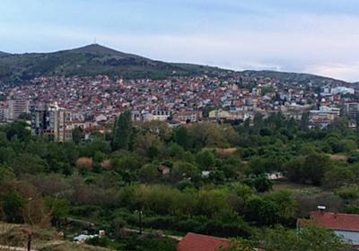 経済の苦境、偽ニュース生む マケドニア中部の街  :日本経済新聞