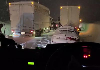 「停車して約11時間経ちました」新潟で大雪→立ち往生する車が続出、巻き添えで一晩中渋滞に閉じ込められた人たちの実況まとめ - Togetter