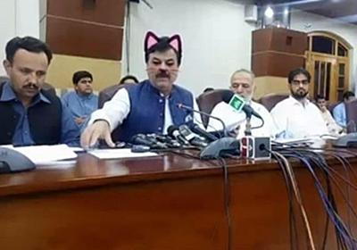 パキスタンで政治家が会見中にネコに変身、顔を変えるアプリで配信されてしまう – Switch News(スウィッチ・ニュース)