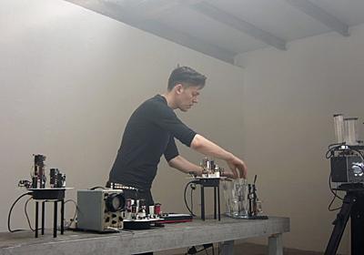 DIYロボットでテクノを演奏し、世界初の完全ロボ演奏レコードを出すミュージシャン   ギズモード・ジャパン