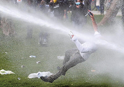 ベルギーの野外パーティー鎮圧に放水銃の報道、サムネが首を撃ち抜いたかの様な画像のおかげでリプが富野ワールドに染まる - Togetter