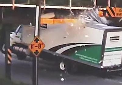 通称「トラック殺しの高架」がトラックを葬り続けるのを記録し続けるムービーがひそかな人気 - GIGAZINE