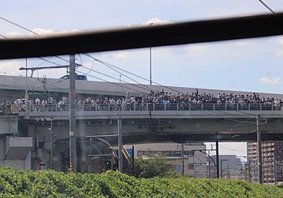 【画像】撮り鉄さん、橋の上に大集合【密です】