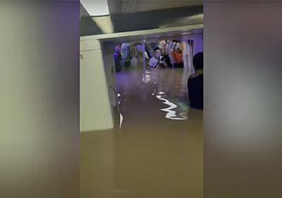 水位が上がっていく地下鉄の車内で「愛する人に最後のメッセージを送った」 | 中国・鄭州の豪雨で地下鉄が浸水 | クーリエ・ジャポン