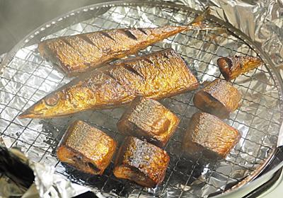 塩焼きに飽きたら絶対これ!100均グッズで「サンマのお茶っ葉3分燻製」【筋肉料理人】 - メシ通 | ホットペッパーグルメ
