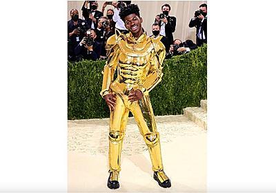 """海外の有名ラッパー、『Fate』の「ギルガメッシュ」から影響を受け""""本物の黄金の甲冑""""をイベントで披露。Li Nas Xがファッションの祭典「メットガラ」で"""