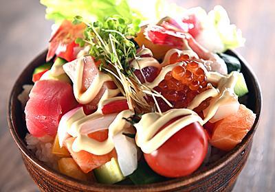 砂糖を煮詰めた濃いめのタレで刺身と野菜がウマい「海鮮居酒屋風刺身サラダ丼」【魚屋三代目】 - メシ通 | ホットペッパーグルメ