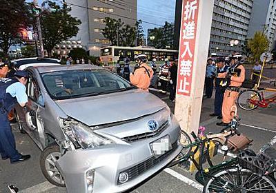 歩道に車突っ込む 子供2人含む4人けが 年配男性運転か 大阪 - 毎日新聞