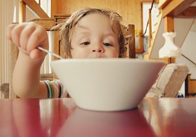 """【つい食べちゃう…】その""""ひとクチ""""を大切に噛みしめる!食べ過ぎ防止策6選 - ごブログ"""