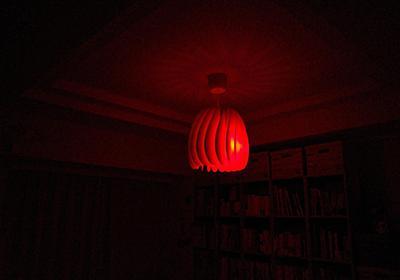 赤ちゃん寝かしつけの新常識を読んでリビングの照明を真っ赤にした - hitode909の日記